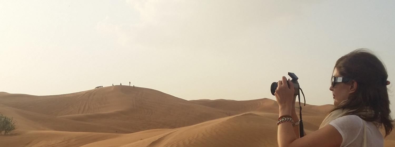 Seule dans le désert des Emirats Arabes